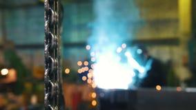 Budowy ro?lina Metalu ?a?cuchu obwieszenie na przedpolu M??czyzny pracownika spaw na tle zbiory wideo