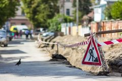 Budowy roadwork na ulicie w mieście Czerwony zbawczy znak ostrzega a obraz stock