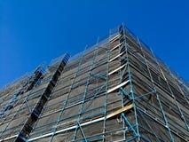 Budowy rusztowanie wysoki wzrosta mieszkanie z niebieskim niebem Fotografia Royalty Free