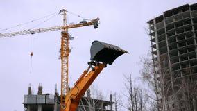 Budowy wyposażenia ekskawator i mobilny żuraw w chmurnym dniu podczas budowa budynku zbiory wideo