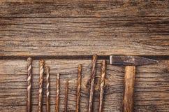 Budowy wyposażenie i narzędzia tło Drewniany stół od odgórnego widoku Fotografia Royalty Free