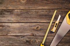 Budowy wyposażenie i narzędzia tło Drewniany stół od odgórnego widoku Obrazy Royalty Free