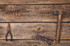 Budowy wyposażenie i narzędzia tło Drewniany stół od odgórnego widoku Obrazy Stock