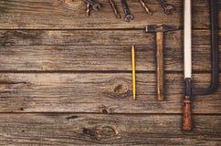 Budowy wyposażenie i narzędzia tło Drewniany stół od odgórnego widoku Zdjęcia Royalty Free