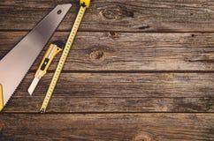 Budowy wyposażenie i narzędzia tło Drewniany stół od odgórnego widoku Fotografia Stock