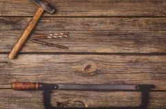 Budowy wyposażenie i narzędzia tło Drewniany stół od odgórnego widoku Zdjęcie Stock