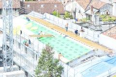 Budowy załoga pracuje na dachowy ciąć na arkusze Obrazy Stock