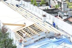 Budowy załoga pracuje na dachowy ciąć na arkusze Fotografia Stock