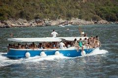 BUDUA, MONTENEGRO - 14 AGOSTO 2016; BUDUA, MONTENEGRO - 14 AGOSTO 2016; Il viaggio della barca da Budua a Cattaro La gente su una Immagine Stock Libera da Diritti