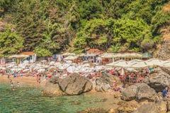 Budua, Montenegro - 18 agosto 2017: Il frammento della spiaggia in Budua, Montenegro di Mogren è una delle spiagge più popolari s Fotografie Stock Libere da Diritti