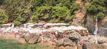 Budua, Montenegro - 18 agosto 2017: Il frammento della spiaggia in Budua, Montenegro di Mogren è una delle spiagge più popolari s Immagini Stock