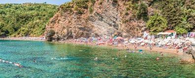 Budua, Montenegro - 18 agosto 2017: Il frammento della spiaggia in Budua, Montenegro di Mogren è una delle spiagge più popolari s Fotografia Stock Libera da Diritti