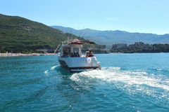 Budua Montenegro - 24 07 2018 editoriale Navigazione del motoscafo nel mare immagine stock