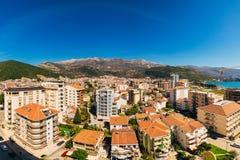 Budua, Montenegro, la vista dal grattacielo nella c Immagine Stock