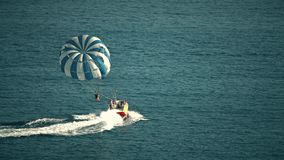 BUDUA, MONTENEGRO - 26 LUGLIO 2018 Paracadute e motoscafo di Parasailing in mare fotografia stock