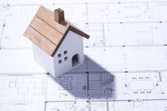 Budujący dom na projektach z pracownikiem - projekt budowlany fotografia royalty free