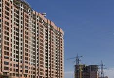 Budujący przeciw niebu, klepnięciom i elektrycznej linii, Zdjęcie Royalty Free