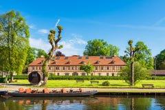 Budujący z barką i drzewami w LÃ ¼ bbenau, Niemcy fotografia royalty free