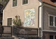 Budujący z mozaiką obok obrony wierza, St Michael kościół, północna strona Danube, Wachau dolina w Niskim Austria fotografia royalty free