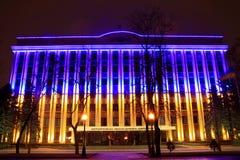 Buduje Dnepropetrovsk Dzielnicowa administracja, dekorująca z DOWODZONYM backlighting jako błękitna Ukraińska flaga państowowa Fotografia Stock
