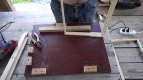 Buduje ogrodzenie dla roju z twój swój rękami zbiory wideo