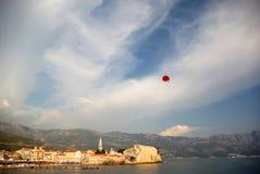 budva över parasailing Fotografering för Bildbyråer