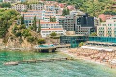 Budva, Μαυροβούνιο - 20 Αυγούστου 2017: Άποψη της σύγχρονης πόλης παραλιών Budva, Μαυροβούνιο Το Budva είναι ένα από το καλύτερο  Στοκ Εικόνες