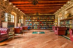 BUDVA, ΜΑΥΡΟΒΟΎΝΙΟ - 18 Αυγούστου 2017: Η βιβλιοθήκη στην ακρόπολη της παλαιάς πόλης Budva Στοκ Φωτογραφία