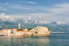 Budva, adriatische Landschaft des Sommers - Meer und Berg Lizenzfreies Stockbild