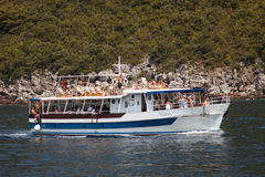 BUDVA, MONTÉNÉGRO - 14 AOÛT 2016 ; BUDVA, MONTÉNÉGRO - 14 AOÛT 2016 ; Le voyage de bateau de Budva à Kotor Les gens sur une crois Photographie stock libre de droits