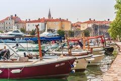 Budva, Monténégro - 28 août 2017 : Marina pour naviguer des yachts et des bateaux donnant sur la vieille ville outre de la côte d photo libre de droits