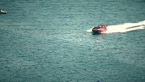BUDVA, MONTÉNÉGRO - 26 JUILLET 2018 Le canot automobile à grande vitesse récréationnel fait l'arrêt soudain en mer banque de vidéos