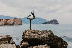 BUDVA, MONT?N?GRO - 5 novembre 2018 : Belle vue de la danseuse de ballerine de sculpture de Budva au coucher du soleil dans Budva image libre de droits