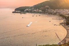 Budva, Montenegro - 26. August 2017: Ansicht zur Bucht, zur alten Stadt, zu den Stränden und zu den Hotels auf dem Budva Riviera  Lizenzfreie Stockbilder