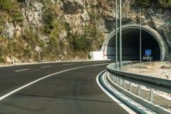 Budva Montenegro - august 26, 2017: En ny väg till och med en tunnel i bergen av Montenegro Arkivbilder