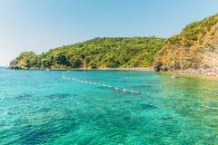 Budva Montenegro - Augusti 18, 2017: Fragmentet av den Mogren stranden i Budva, Montenegro är en av de populäraste stränderna på  Royaltyfria Foton