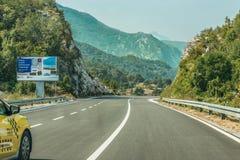 Budva Montenegro - Augusti 26, 2017: Huvudvägväg på berget, Montenegro Fotografering för Bildbyråer