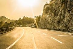 Budva Montenegro - Augusti 26, 2017: Huvudvägväg på berget, Montenegro Arkivfoton