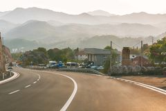 Budva Montenegro - Augusti 26, 2017: Huvudvägväg på berget, Montenegro Royaltyfri Bild