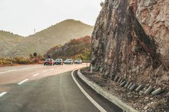 Budva Montenegro - Augusti 26, 2017: Huvudvägväg på berget, Montenegro Royaltyfria Bilder