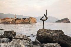 BUDVA, MONTENEGRO Dancingowej dziewczyny statua na tle stary miasto Budva - Najwięcej popularnej fotografii z Montenegro obrazy stock