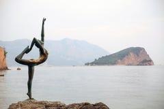 BUDVA, MONTENEGRO Dancingowej dziewczyny statua na tle stary miasto Budva - Najwięcej popularnej fotografii z Montenegro Obraz Stock