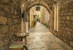 Budva, Montenegro - 22 de agosto de 2017: Calle vieja Budva, Montenegro de la ciudad Fotos de archivo libres de regalías