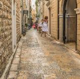 Budva, Montenegro - 22 de agosto de 2017: Calle vieja Budva, Montenegro de la ciudad Imágenes de archivo libres de regalías