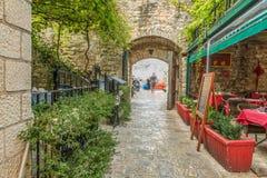 Budva, Montenegro - 22 de agosto de 2017: Calle vieja Budva, Montenegro de la ciudad Imagen de archivo libre de regalías