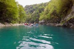 BUDVA, MONTENEGRO - 20 DE AGOSTO DE 2017: El transportar en balsa en el río Tara de la montaña Imágenes de archivo libres de regalías