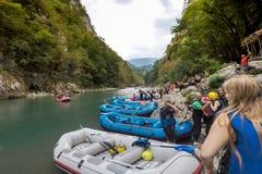 BUDVA, MONTENEGRO - 20 DE AGOSTO DE 2017: El transportar en balsa en el río Tara de la montaña Imagen de archivo libre de regalías