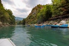 BUDVA, MONTENEGRO - 20 DE AGOSTO DE 2017: El transportar en balsa en el río Tara de la montaña Fotos de archivo