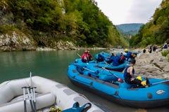 BUDVA, MONTENEGRO - 20 DE AGOSTO DE 2017: El transportar en balsa en el río Tara de la montaña Fotografía de archivo