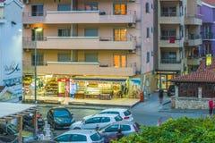 Budva, Montenegro - 17 de agosto de 2017: Fragmento de la ciudad moderna de Budva, el centro turístico principal de la tarde de M Fotografía de archivo libre de regalías
